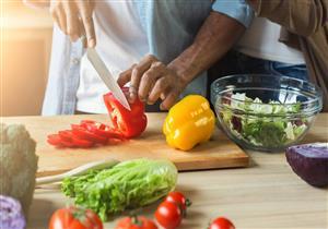 أبرزها الخضروات.. 5 أطعمة مفيدة للقولون (فيديوجرافيك)