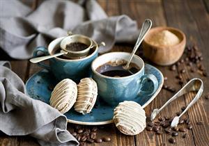 شرب القهوة مع الحلويات.. خبير تغذية يوضح مخاطر هذه العادة