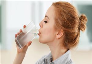 ما مقدار الماء التي يحتاجها الفرد في الطقس الحار؟.. طبيبة تجيب