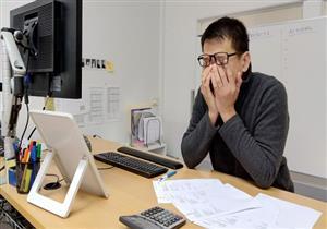 النظر للشاشات الإلكترونية لفترة طويلة يهدد صحة العين.. دليلك للوقاية
