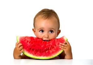 فوائد البطيخ للأطفال.. يعالج الإمساك ويقوي عظام طفلك