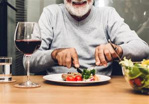 خبيرة تغذية توضح الأطعمة والمشروبات الممنوع تناولها مع لحم العيد