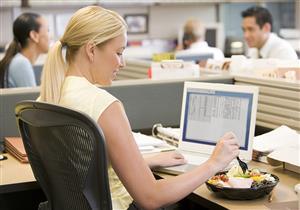 ماذا يأكل مريض القولون العصبي في العمل؟.. إليك الأطعمة المناسبة