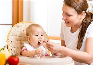 التغذية التكميلية للرضع.. متى تقدمها الأم لطفلها؟
