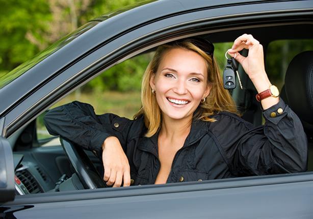 الدراسات تثبت أن المرأة أفضل من الرجل في قيادة السيارات (إنفوجراف)