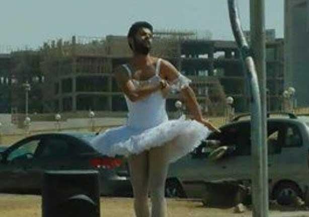 بالفيديو- رجل يرقص بـ''فستان بالية'' في التجمع الخامس يثير جدلاً