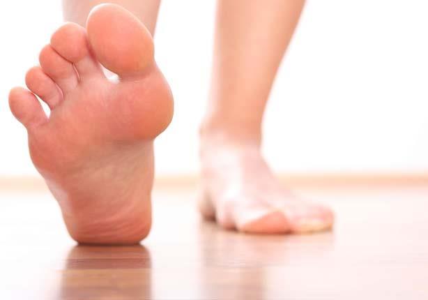 فيتامين B12.. من قدميك علامات تشير إلى انخفاض مستوياته في الجسم