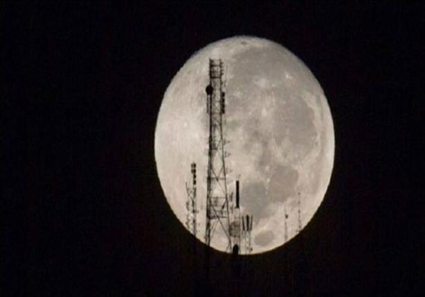 """""""قمر عملاق"""" يتزامن مع خسوف القمر في ظاهرة فلكية نادرة"""