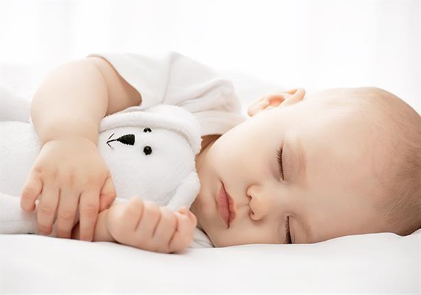 لماذا يجب على الأهل النوم قرب أطفالهم الرضع حتى عمر 6 أشهر؟