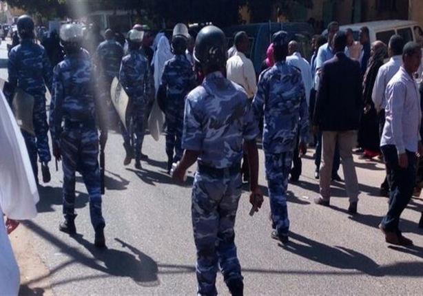 الأمن يستخدم الغاز المسيل للدموع لتفريق محتجين في أم درمان