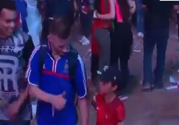 طفل برتغالي يواسي مشجع فرنسي بعد خسارة اليورو - فيديو