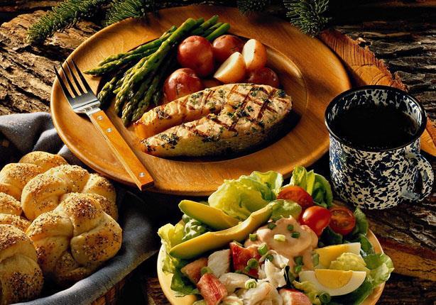 خبيرة تغذية تحدد التوقيت الأفضل لتناول وجبة العشاء.. ما الأطعمة المناسبة؟