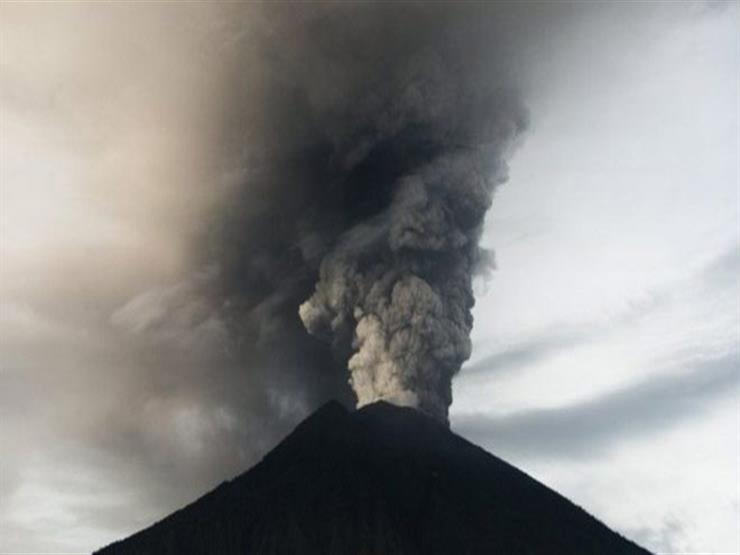 بركان سيميرو في إندونيسيا ينفث رمادًا ساخنًا