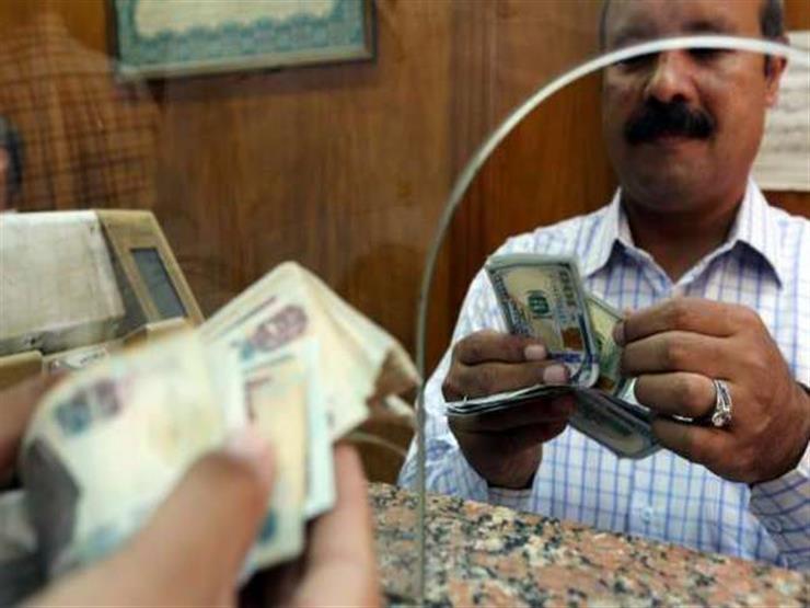 مستوردون يقبلون على شراء الدولار من الصرافات بعد إلغاء حدود الإيداع والسحب