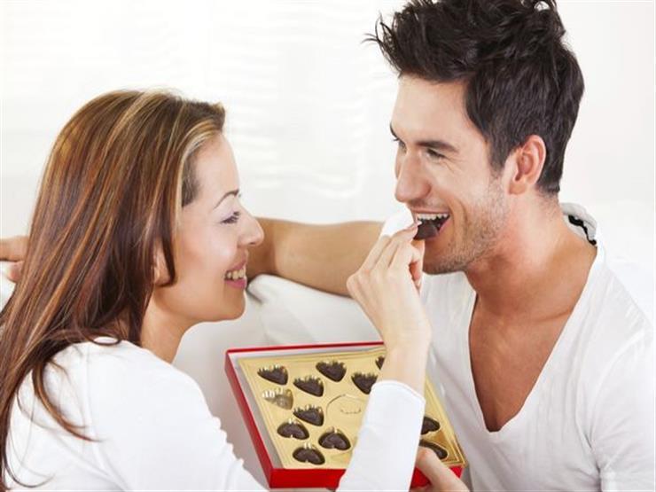 خطوات بسيطة لإسعاد زوجك في عيد الحب.. منها مشاهدة المباريات معه