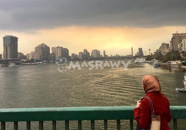 """""""هي"""".. قررت وحدها مراقبة المطر من أعلى كوبري عباس - (صورة)"""