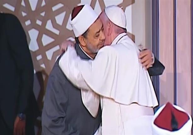 صورة وفيديو – عناق تاريخي بين البابا فرنسيس وشيخ الأزهر في أول لقاء لهما بمصر