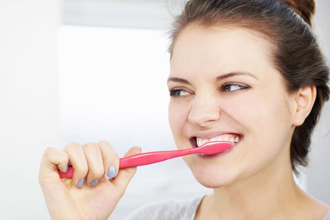 تصبغ الأسنان.. لماذا يحدث وهل الفرشاة هي الحل؟
