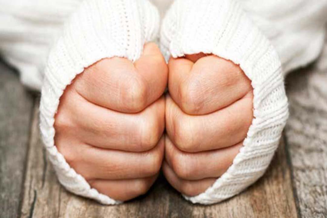 برودة اليدين.. هل تشير لمشكلة صحية؟