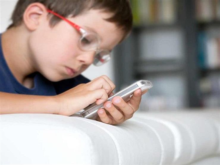 أبحاث علمية تكشف تأثير استخدام الهاتف على مهارة أطفالكم