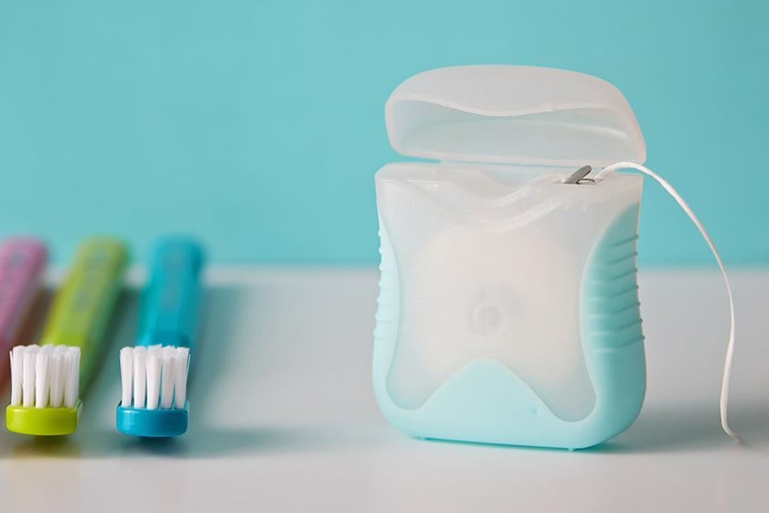 هل يمكن الاستغناء عن الفرشاة بخيط الأسنان؟