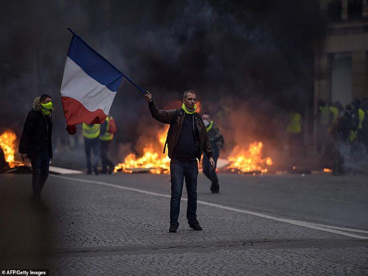 """أصحاب """"السترات الصفراء"""" يواصلون الضغط وسط تراجع أعمال العنف في باريس"""
