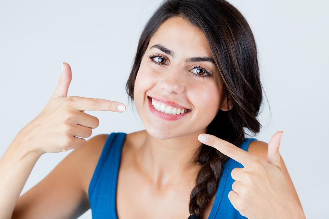 عادات خاطئة عند تبييض الأسنان.. إليك البديل الآمن