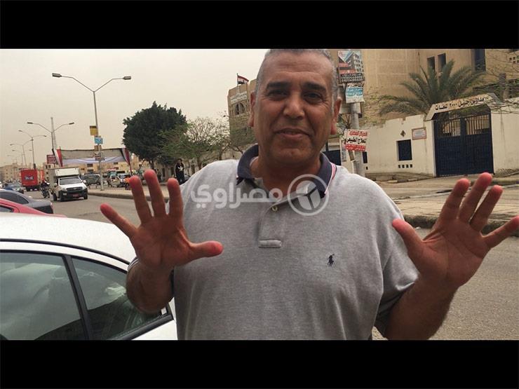 """مواطن يبصم بالعشرة في اللجنة: """"بحب مصر والسيسي"""""""
