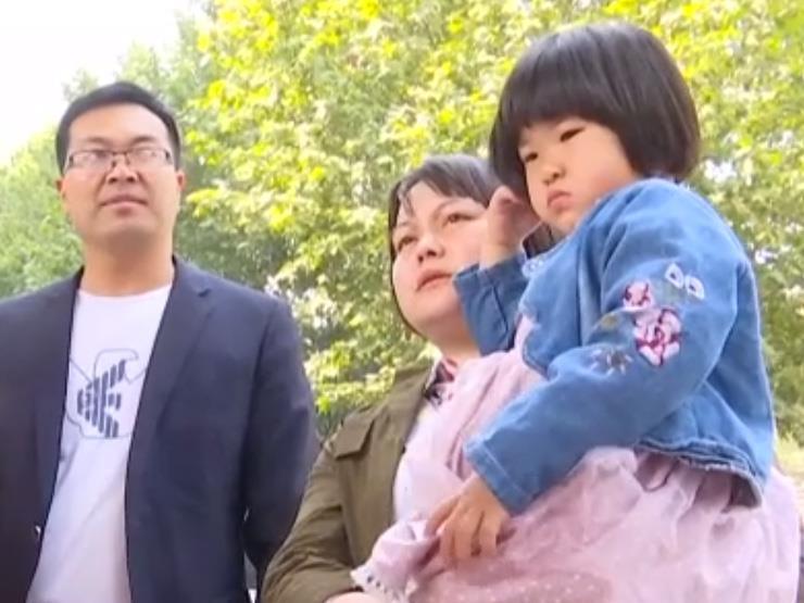 شاب ينقذ طفلة من موت محقق على سلم المترو الكهربائي (فيديو)