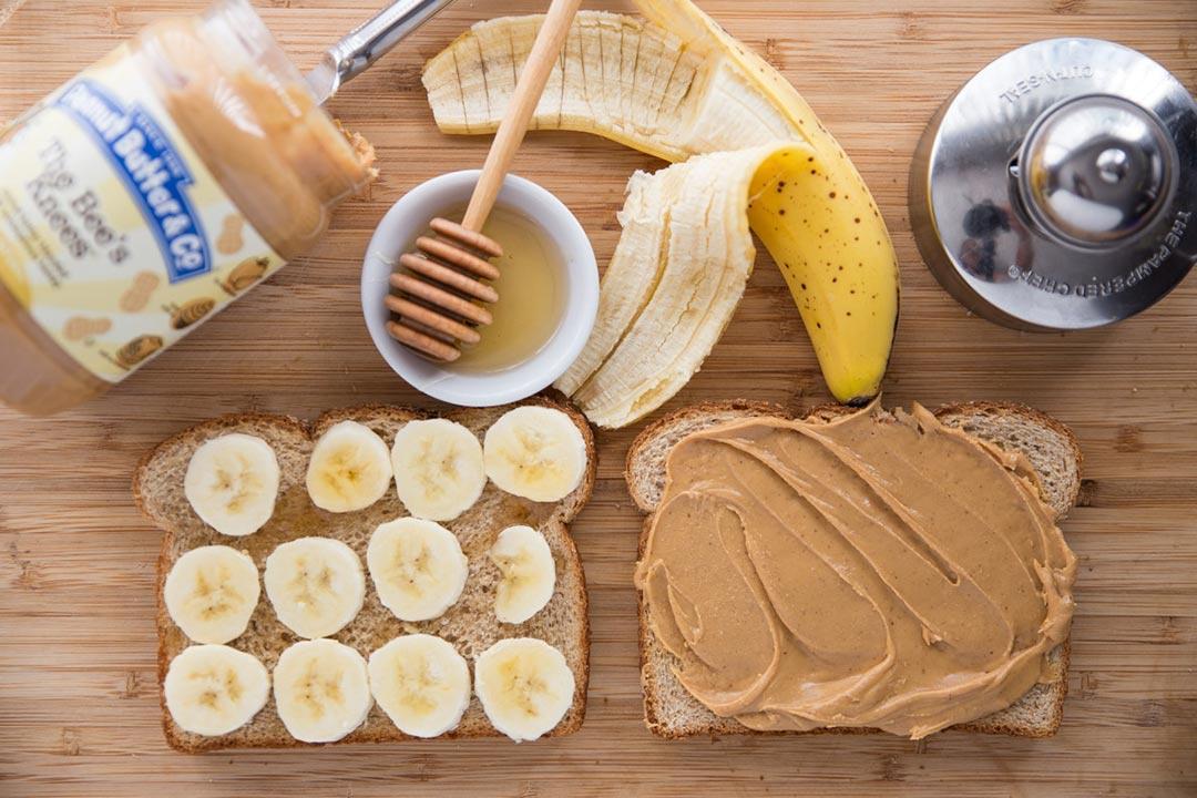 ساندوتش الموز بزبد الفول السوداني سحور خفيف يحسن صحة الكبد الكونسلتو