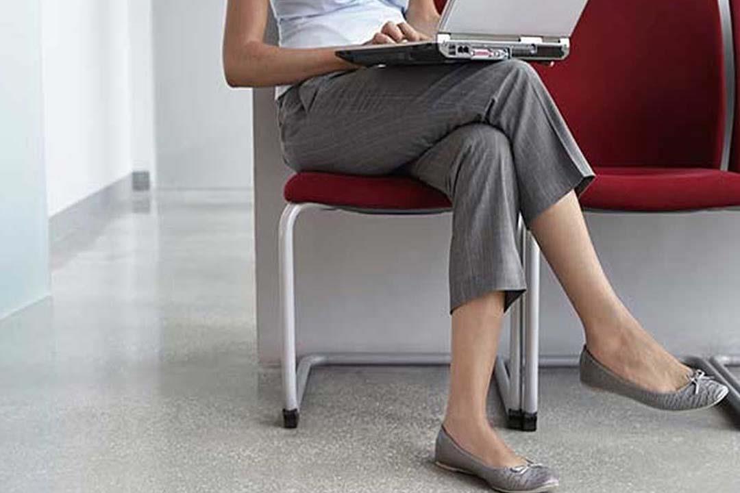 وضعيات جلوس شائعة تسبب تشوهات الساقين.. هل تتبع إحداها؟