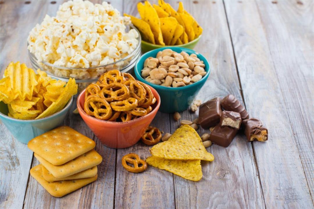 تزيد وزنك.. 5 عادات خاطئة تتبعها عند تناول الوجبات الخفيفة (صور)