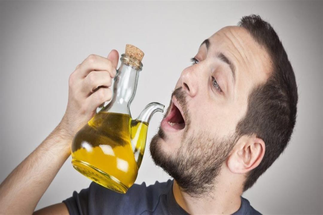 خبير تغذية يحذر: تناول زيت الزيتون على الريق مخاطره جسيمة على الصحة
