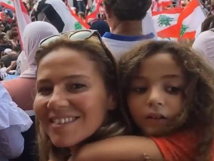 فيديو| رشا شيحة تحمل ابنتها في مظاهرات لبنان