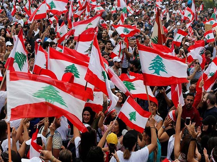 """المتظاهرون اللبنانيون يعيدون رفع """"قبضة الثورة"""" في وسط العاصمة بيروت"""