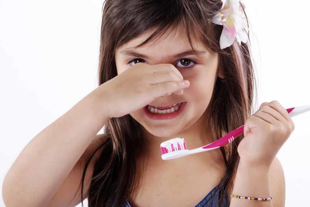 رائحة النفس الكريهة عند الأطفال تشير لمشكلات صحية الأسباب الكونسلتو