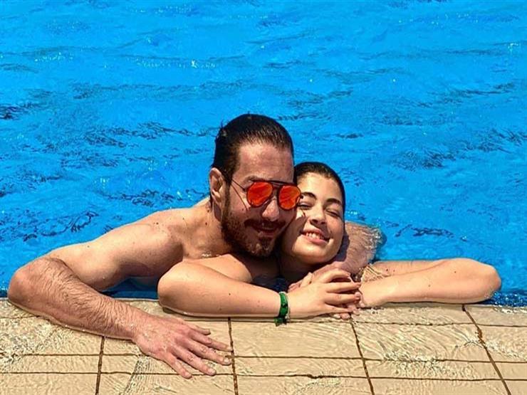 أحمد زاهر بصحبة ابنته في حمام السباحة