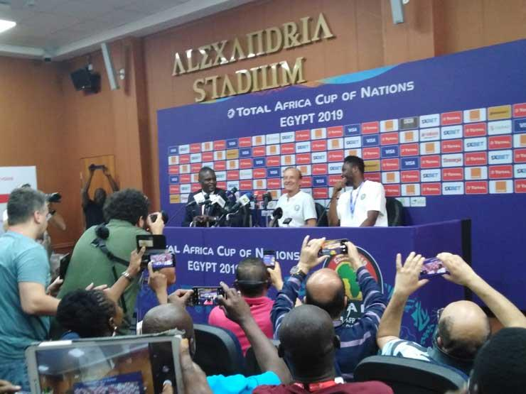 """مدرب نيجيريا: """"لعنة البرد"""" تطاردنا.. ومحظوظون باللعب في الإسكندرية"""