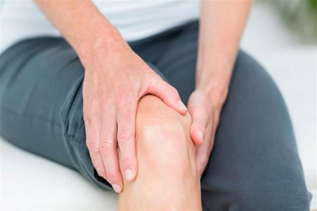 لماذا يصاب البعض بخشونة الركبة في سن الشباب؟