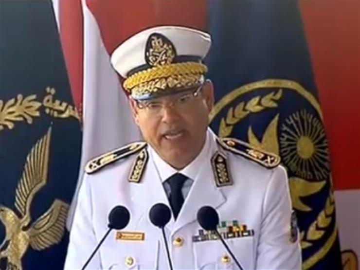 خلال تخرج دفعة جديدة.. رئيس أكاديمية الشرطة يهدي السيسي درع الأكاديمية