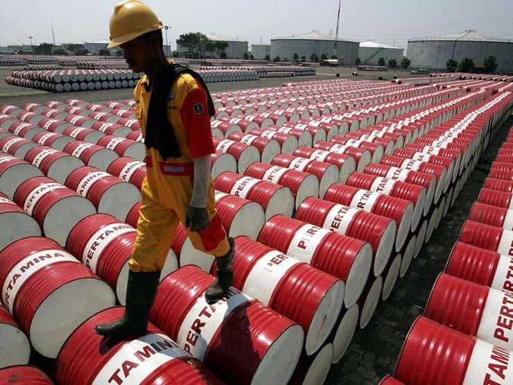 برنت يرتفع وخام البترول الأمريكي يواصل خسائره بعد ارتفاع مخزون المنتجات