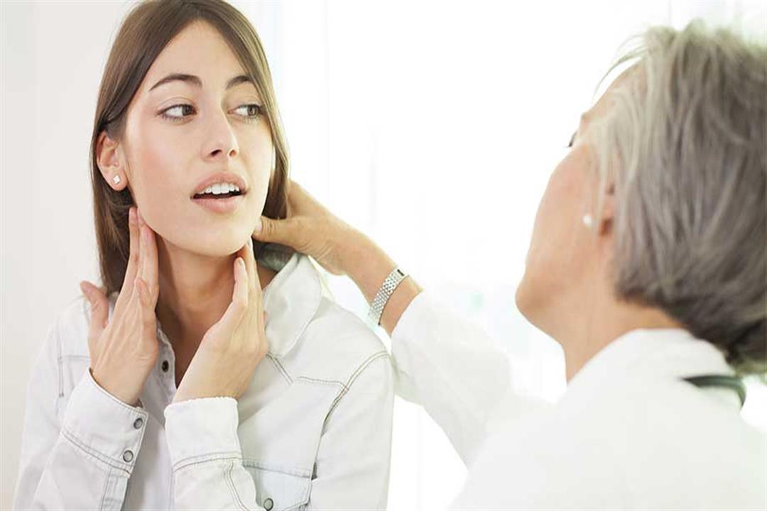 ظهور كتلة متورمة في مقدمة العنق قد يكون علامة على سرطان الغدة الدرقية