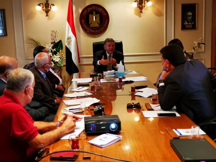 """وزير قطاع الأعمال يلتقي عددًا من رؤساء نقابات العمال بعد اعتراضات واسعة على  """"مسودة اللائحة الجديدة """""""