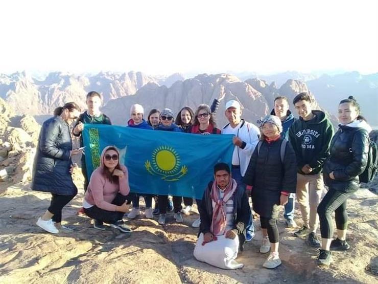 وفد كازاخستاني يشهد شروق الشمس من أعلى قمة جبل موسى