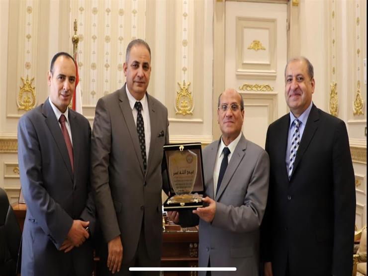"""""""قضاة البحيرة"""" يهدي درعه لرئيس المجلس الأعلى"""