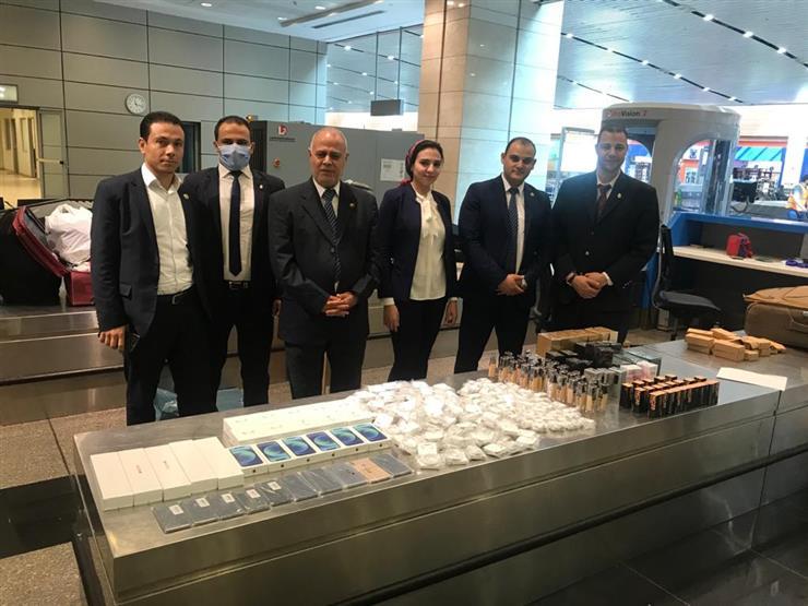 جمارك مطار القاهرة تضبط راكبة بحوزتها مستحضرات تجميل وتليفونات