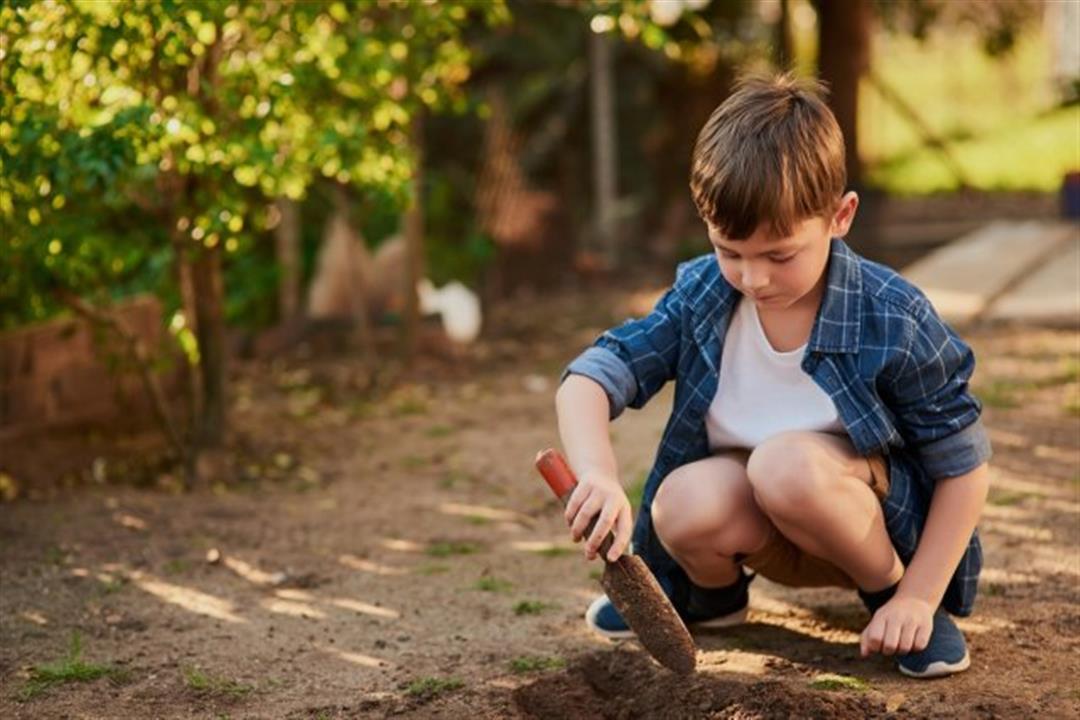 لعب الأطفال بالتراب مفيد أم ضار؟.. دراسة تحسم الجدل
