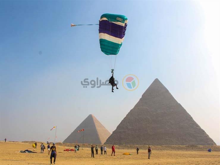 """بالصور- """"الذين هبطوا من السماء"""".. القفز """"كالفرعون"""" بالمظلات فوق  الأهرامات (معايشة)"""