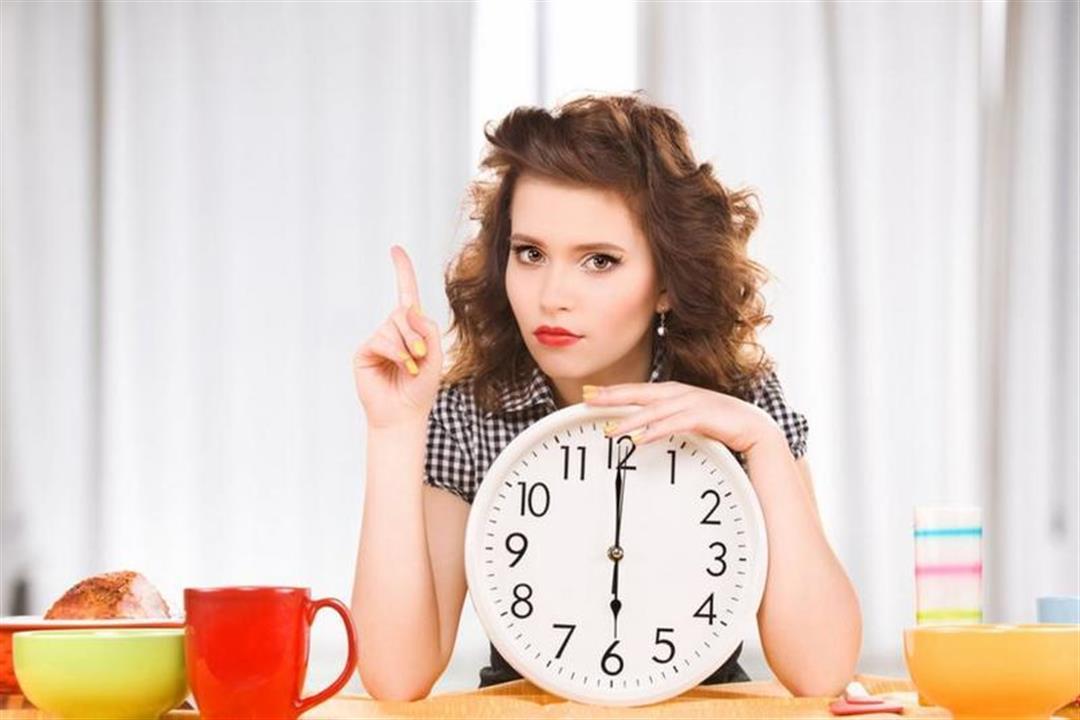 طبيبة توضح مخاطر تغيير أوقات تناول الوجبات على النساء