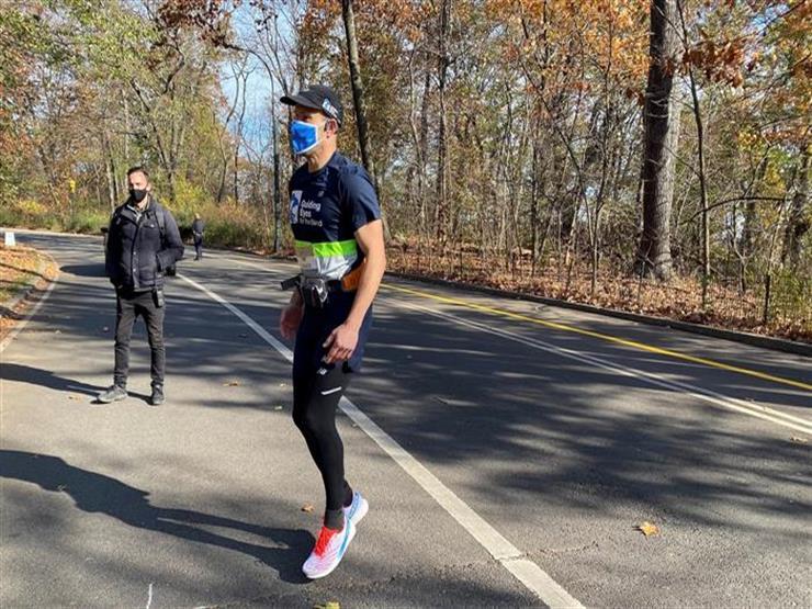 """بـ""""الذكاء الاصطناعي"""".. كفيف يركض 5 كيلومترات بدون مساعدة (فيديو)"""